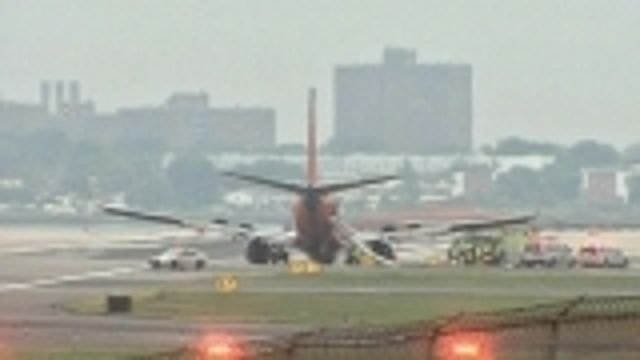 News video: Plane landing gear collapses